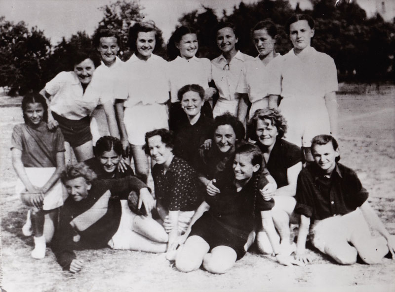 Igračice Stoje: Biserka Šantić (udata Kezele), Viktorija Bregeš (Krnjević), Zdravka Lakuš (Kauzlarić), Vesna Hubeny (Pohl), Vida Satler (Bralić), Cecilija Kubinek (Jelavić), Branka Bilanđić (Duplić) Dolje: Dragica Čorak (Derifaj), Đurđa Vulinec, Marija Silov (Plišić), Mila Vuksan Vužar, Vida Matica (Hasan), Drina Barilić (Klarić), Anđela Zorica (Vučinovec), Dragica Skendrović (Čenić), Ivanka Drempetić (Kralj)